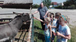 Sześciolatki odwiedziły parafialne mini zoo wTopólce.