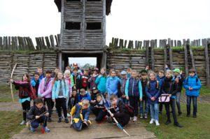 Kolejna grupa dzieci zeszkoły podstawowej naFestynie Archeologicznym wBiskupinie