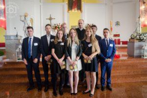 Grupa gimnazjalistów Długosza po przyjęciu sakramentu bierzmowania