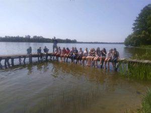 Uczniowie klasy 7b odpoczywali nad jeziorem