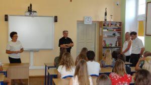 Inauguracyjne spotkanie wychowanków internatu zKsiędzem Dyrektorem