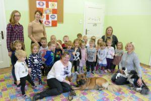 Przedszkolaki pomagają zwierzętom
