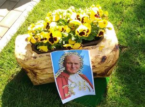W Hołdzie Wielkiemu Świętemu – Janowi Pawłowi II, Naszemu Rodakowi…